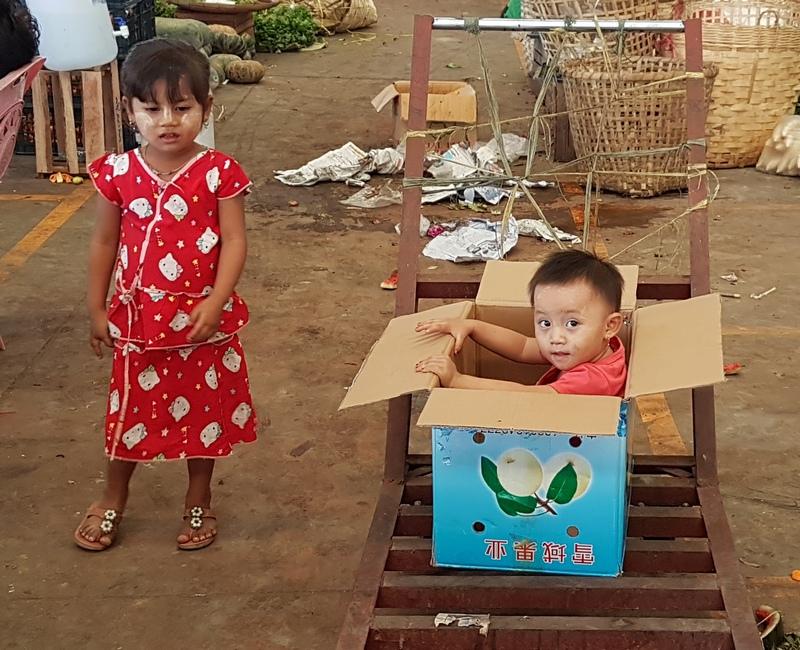 Зачем в Мьянме рисуют на лице узоры